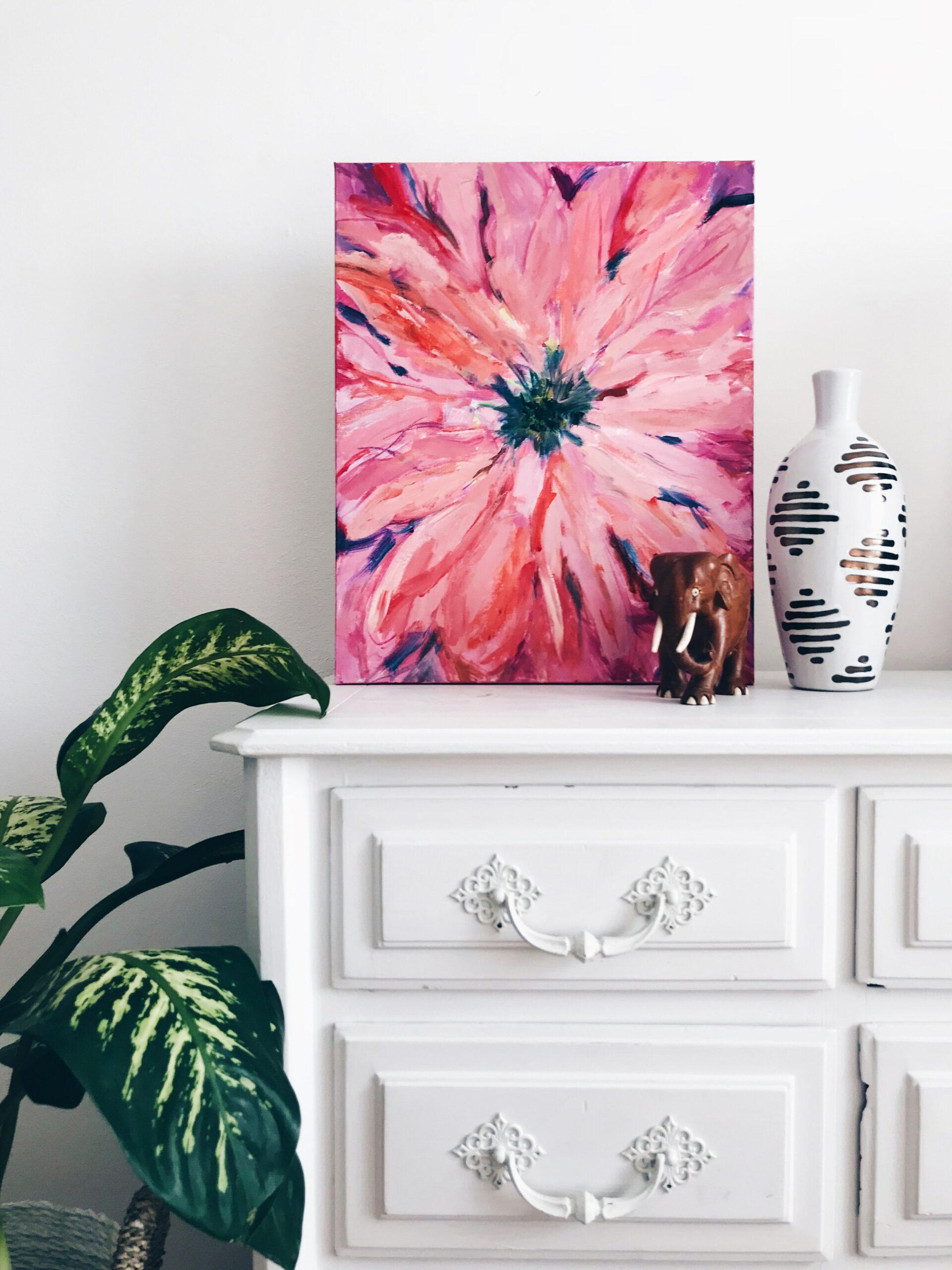 Růžová malba dodá jednotvárnému pokoji jemnost.